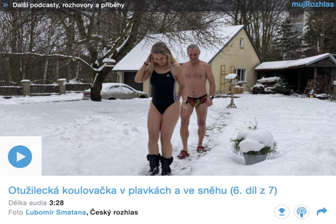 Otužilecká koulovačka v plavkách a ve sněhu